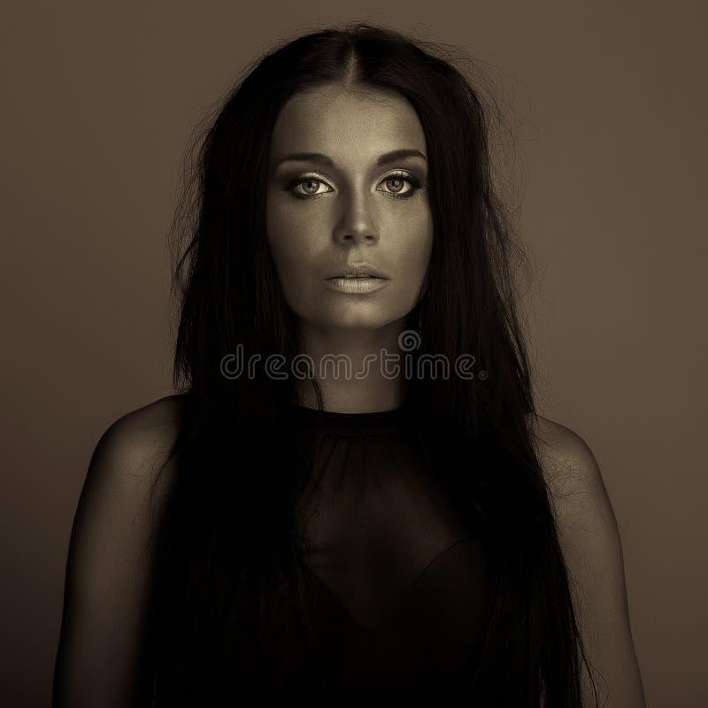 Retrato escuro da cara da menina da expressão da emoção fotografia de stock royalty free