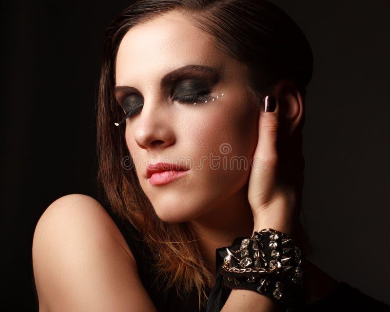 Retrato escuro da cara da mulher do encanto, fêmea bonita imagens de stock royalty free