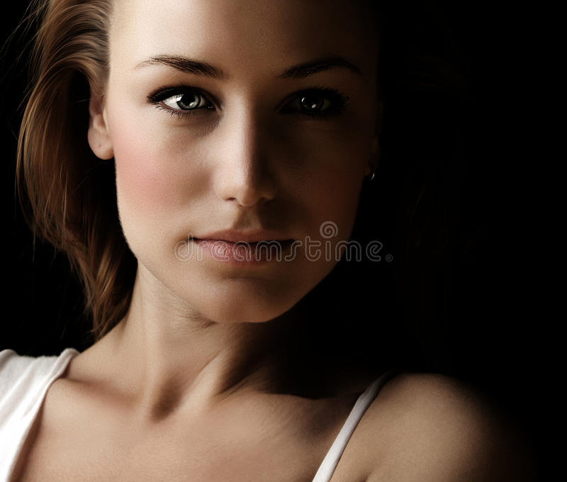 Retrato escuro da face da mulher de Glamor fotografia de stock