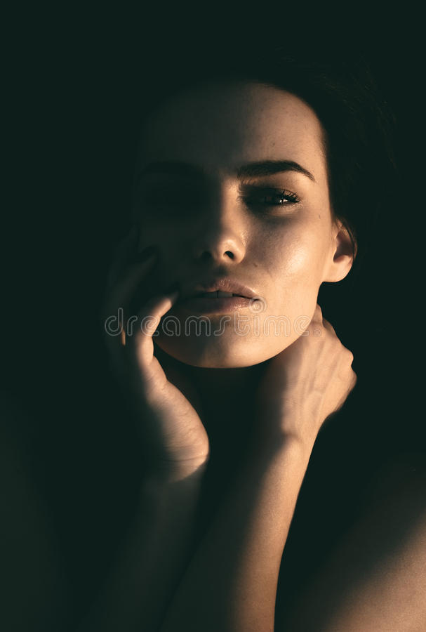 Retrato escuro de uma mulher misteriosa bonita fotografia de stock royalty free