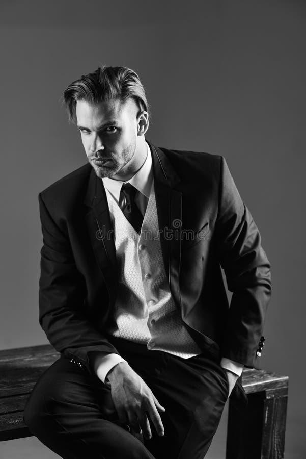 Retrato escuro do estúdio de um homem sério no terno clássico imagens de stock