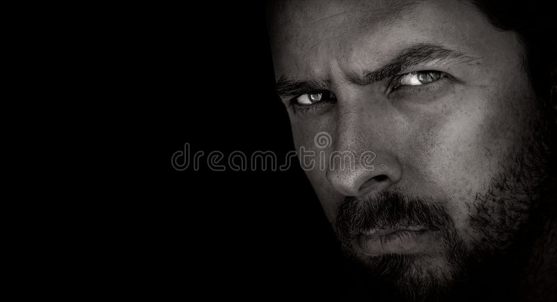 Retrato escuro do homem assustador com olhos maus imagem de stock