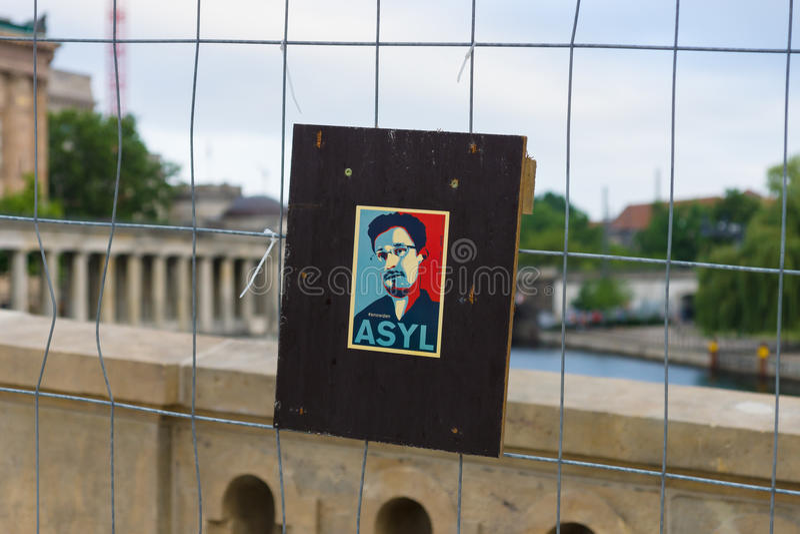 Retrato estilizado de Edward Snowden na cerca fotos de stock royalty free