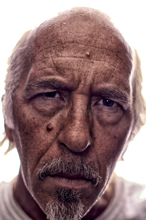 Retrato estilizado retroiluminado de un más viejo hombre con la perilla imagen de archivo