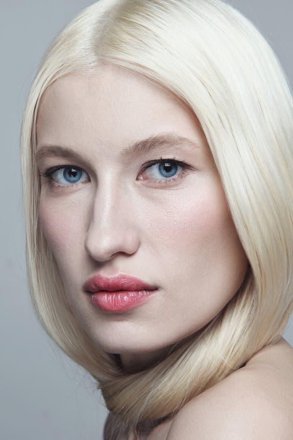 Retrato estreito de uma linda loira com maquiagem limpa imagens de stock royalty free