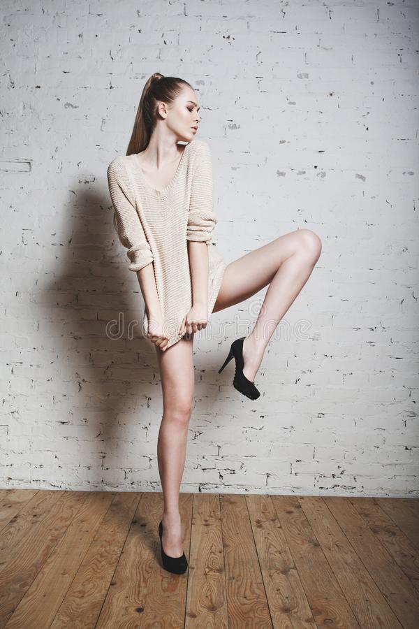 Retrato expresivo de la muchacha de la moda que presenta sobre el fondo blanco fotos de archivo