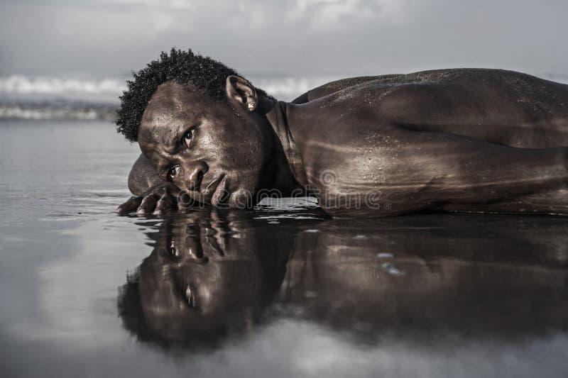 Retrato expressivo artístico do homem americano novo do africano negro atrativo e 'sexy' com o levantamento atlético do corpo mus fotografia de stock