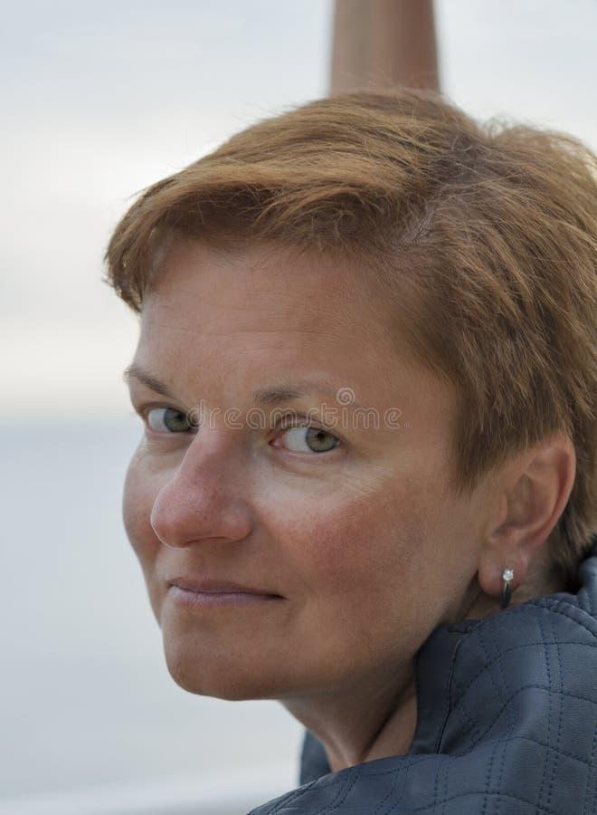 Retrato exterior bronzeado branco envelhecido meio da mulher fotos de stock royalty free