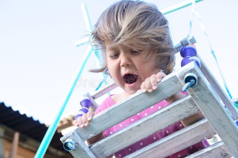 Retrato exterior com cabelos uncurled vindos, jogo do balanço expressivo da menina da criança imagens de stock royalty free