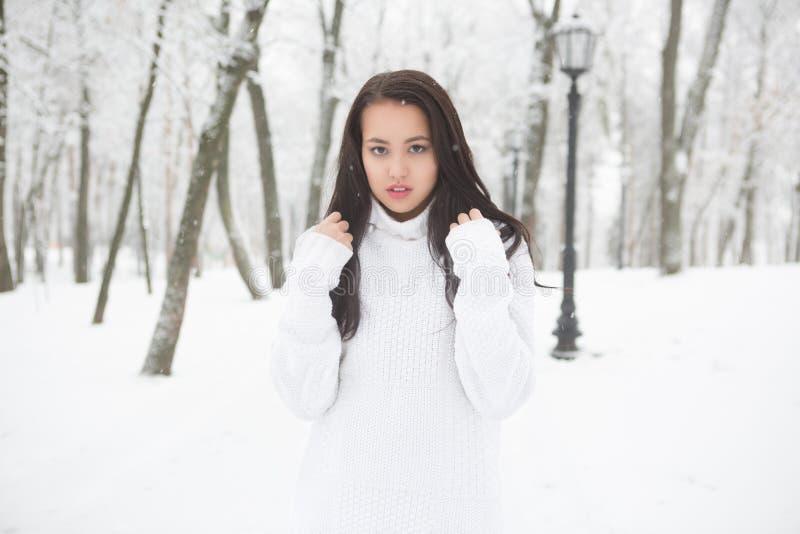 Retrato exterior da camiseta morna branca da menina bonito imagens de stock