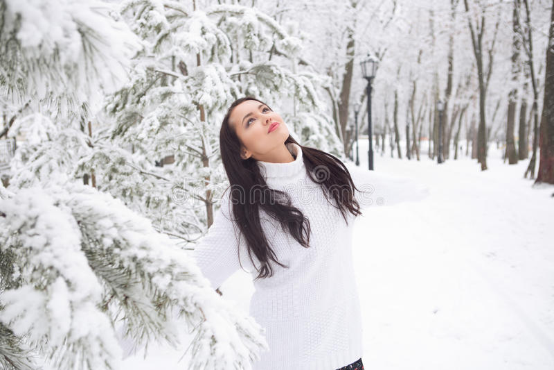 Retrato exterior da camiseta morna branca da menina bonito fotos de stock royalty free