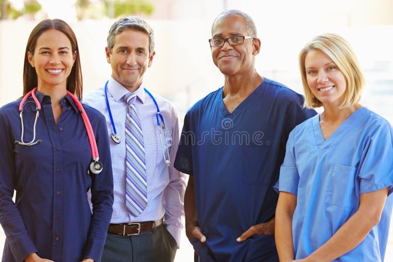 Retrato exterior da equipa médica fotografia de stock royalty free