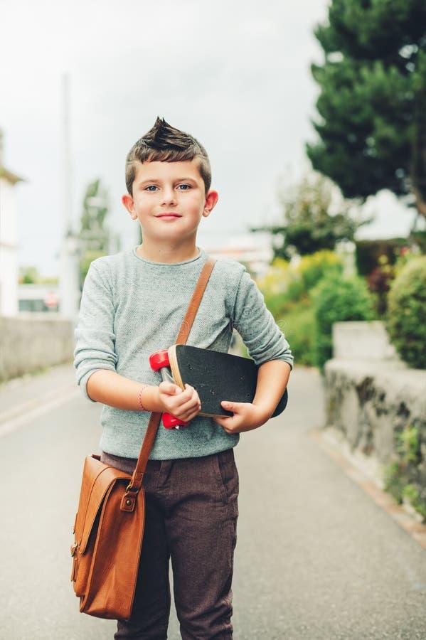 Retrato exterior da estudante pequena engraçada imagem de stock royalty free