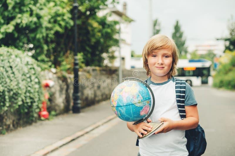 Retrato exterior da estudante pequena engraçada fotos de stock royalty free