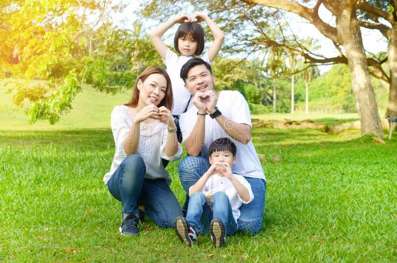 Retrato exterior da família asiática imagem de stock royalty free