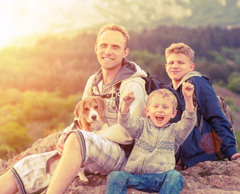 Retrato exterior da família feliz fotografia de stock royalty free