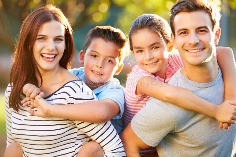 Retrato exterior da família que tem o divertimento no parque imagem de stock royalty free