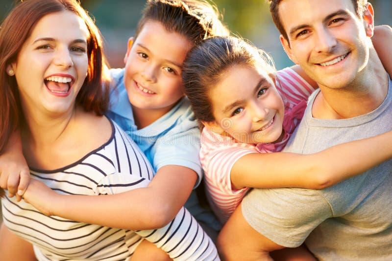 Retrato exterior da família que tem o divertimento no parque imagem de stock