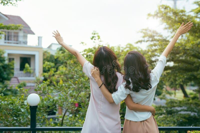 Retrato exterior da forma das melhores namoradas que levantam para trás e da HU foto de stock royalty free