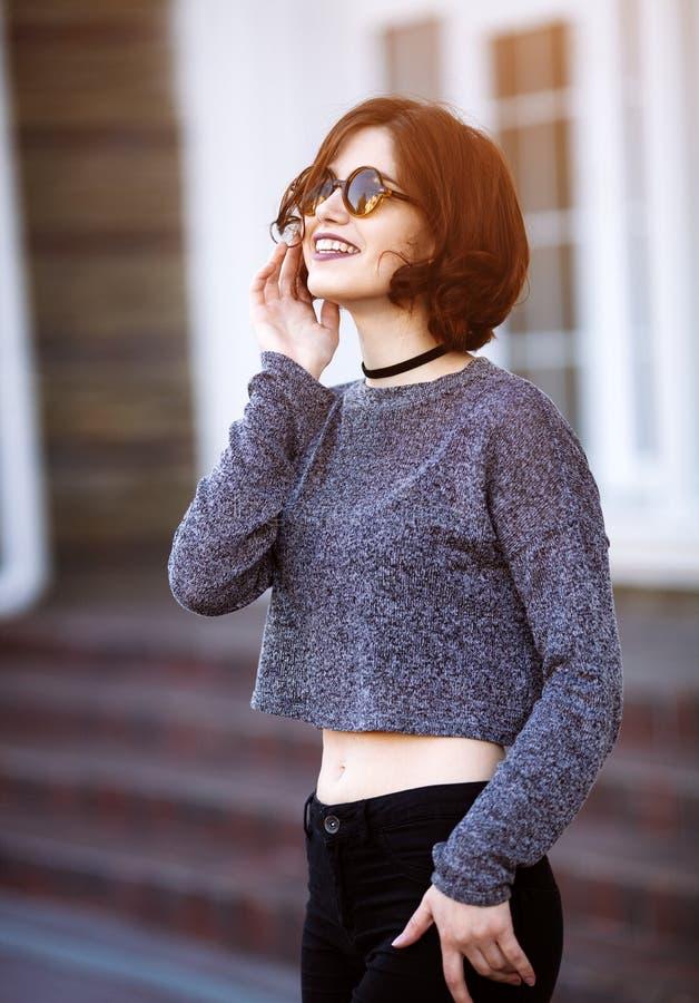 Retrato exterior da forma de óculos de sol vestindo da menina fresca à moda do moderno fotos de stock royalty free