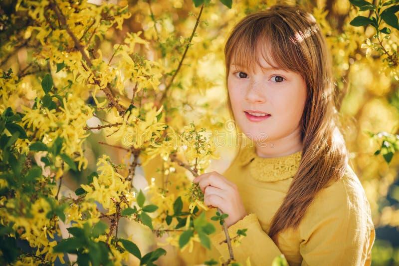 Retrato exterior da forma da menina engraçada dos anos de idade 9-10 imagens de stock royalty free