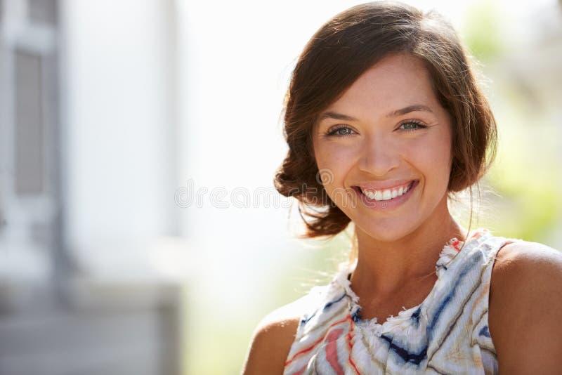 Retrato exterior da jovem mulher atrativa que sorri na câmera imagens de stock