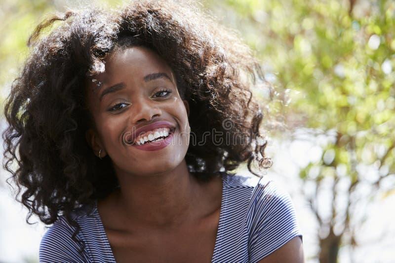 Retrato exterior da jovem mulher atrativa que sorri na câmera imagens de stock royalty free