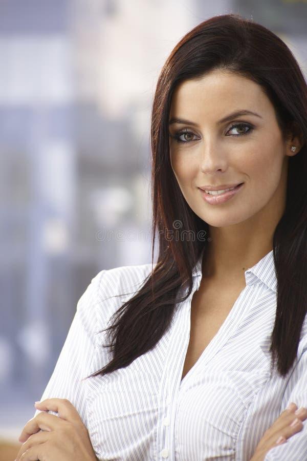 Retrato exterior da jovem mulher segura imagens de stock royalty free