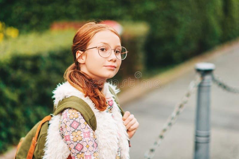 Retrato exterior da menina adorável das pessoas de 10-12 anos fotos de stock