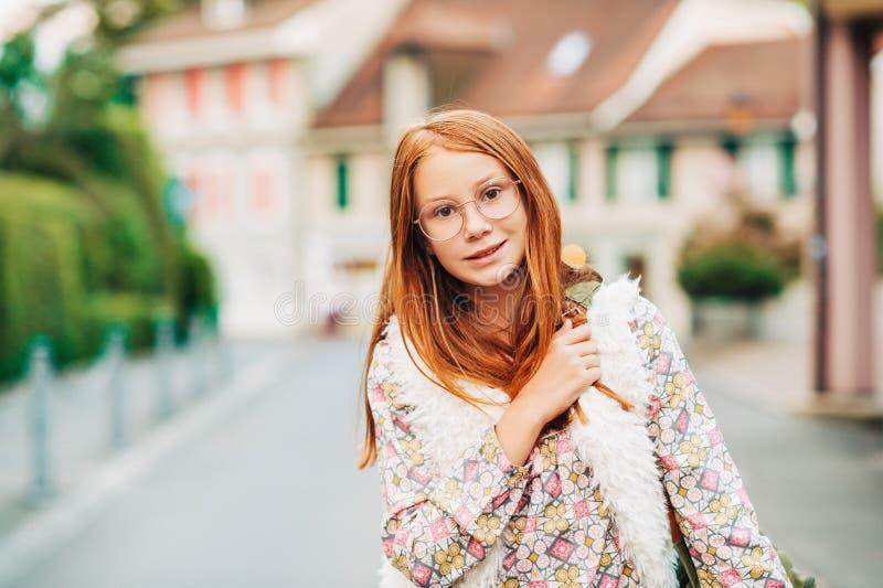 Retrato exterior da menina adorável das pessoas de 10-12 anos fotografia de stock royalty free