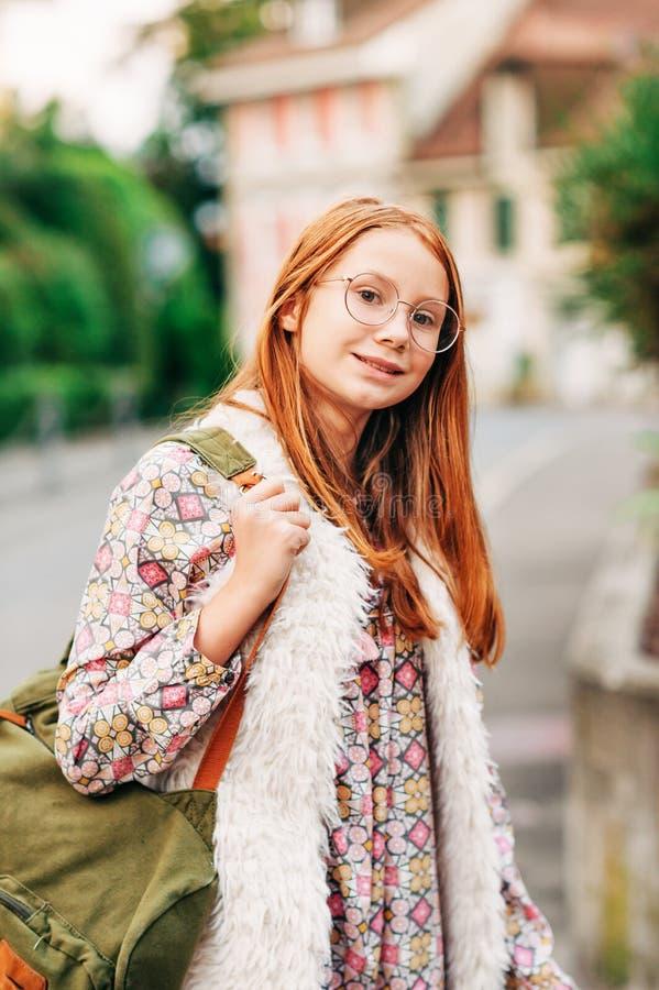 Retrato exterior da menina adorável das pessoas de 10-12 anos fotos de stock royalty free