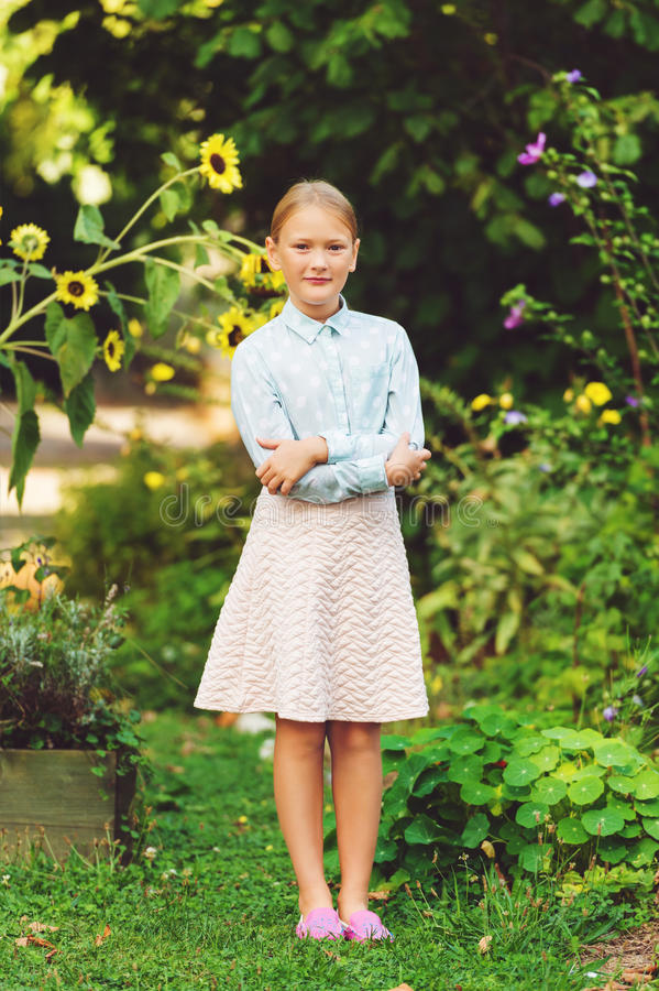 Retrato exterior da menina bonito imagem de stock royalty free