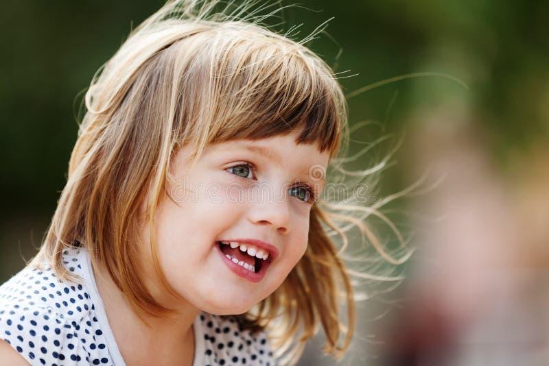 Retrato exterior da menina de três anos fotos de stock royalty free