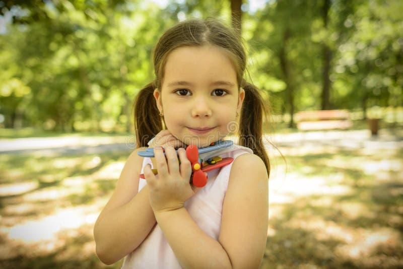 Retrato exterior da menina expressivo fotografia de stock royalty free