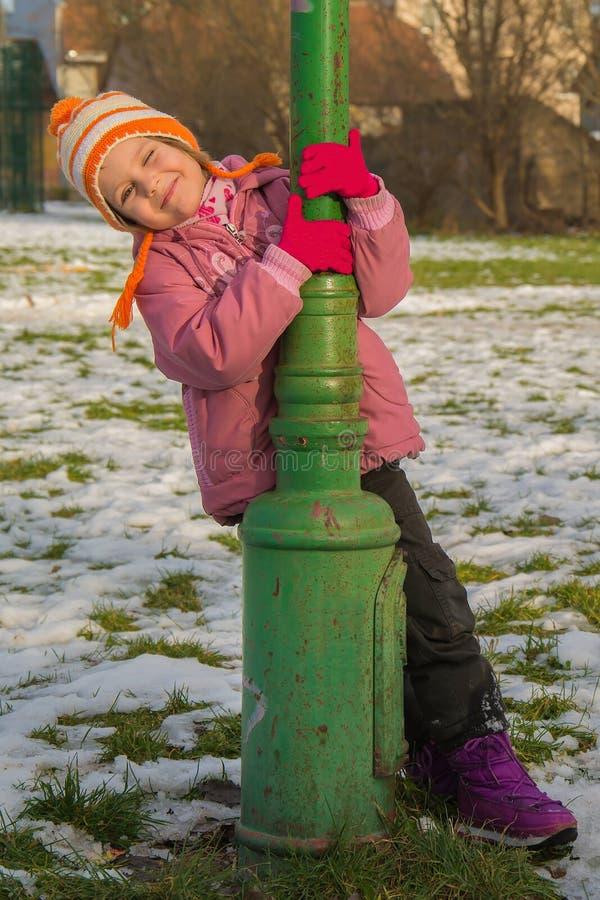 Retrato exterior da menina feliz da criança da criança no inverno imagens de stock royalty free