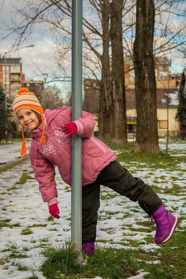 Retrato exterior da menina feliz da criança da criança no inverno imagem de stock royalty free