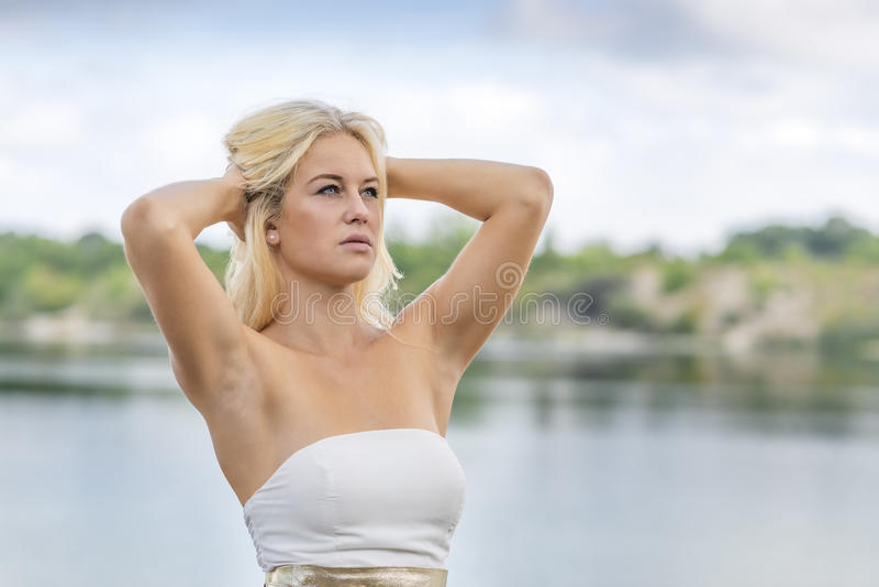 Retrato exterior da menina loura no lago fotografia de stock royalty free