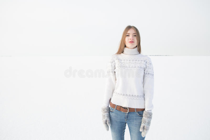 Retrato exterior da menina na camiseta morna branca imagens de stock