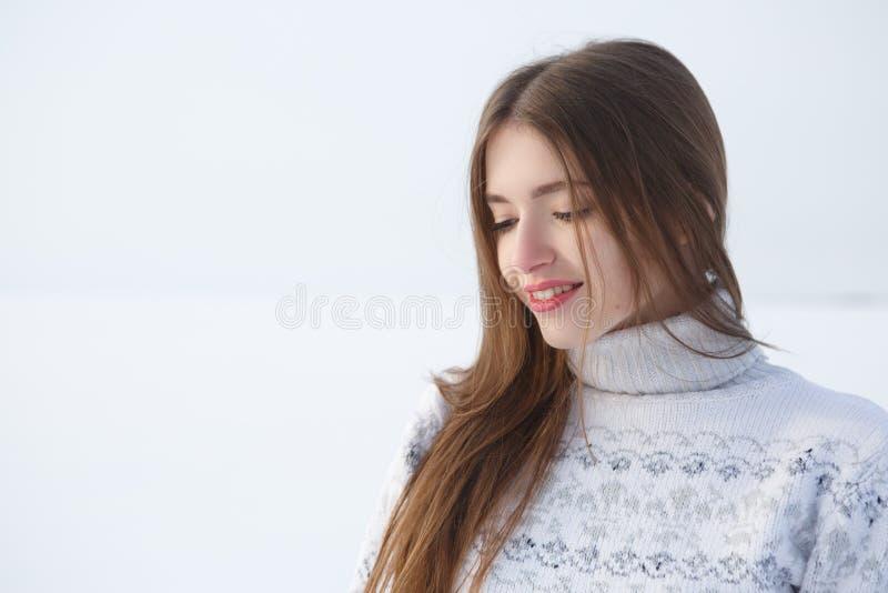 Retrato exterior da menina na camiseta morna branca fotografia de stock royalty free
