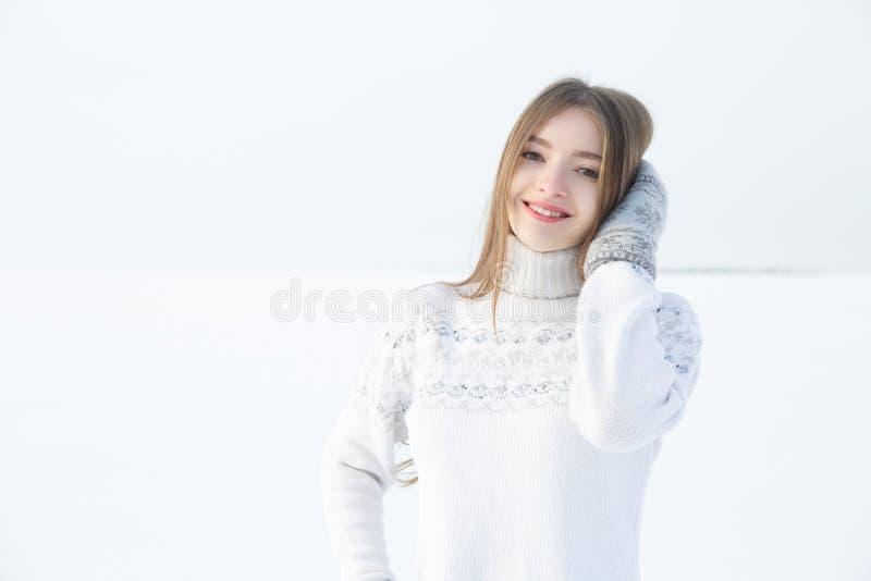 Retrato exterior da menina na camiseta morna branca foto de stock royalty free