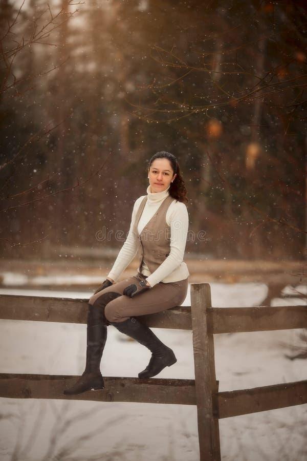 Retrato exterior da mulher bonita nova no dia de mola Estilo do Horseback imagem de stock royalty free
