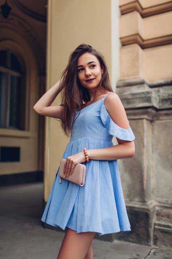 Retrato exterior da mulher bonita nova que veste o equipamento à moda da mola e que guarda a bolsa Forma, modelo da beleza imagens de stock