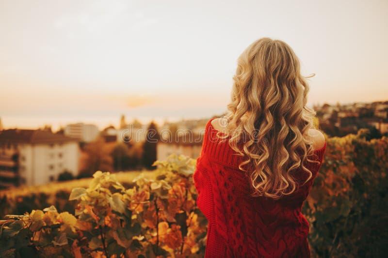 Retrato exterior da mulher com cabelo encaracolado louro que admira o por do sol fotos de stock royalty free