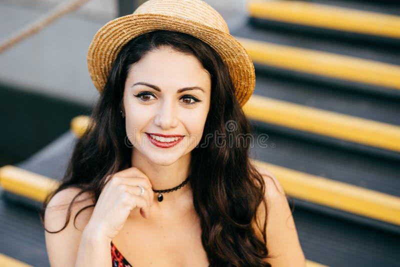 Retrato exterior da mulher elegante com o cabelo grosso escuro que tem a composição e os bordos vermelhos pintados que vestem o c imagem de stock royalty free