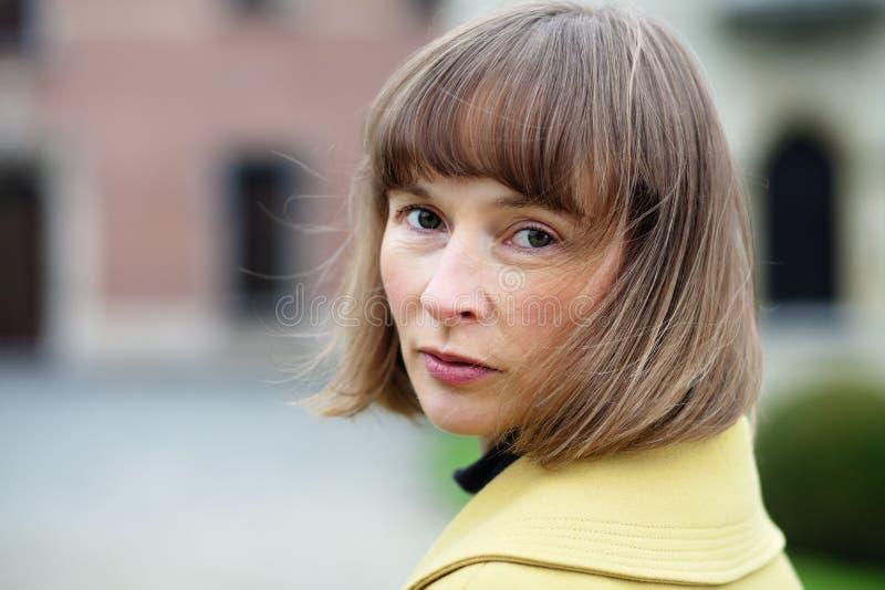 Retrato exterior da mulher que gira para trás fotografia de stock
