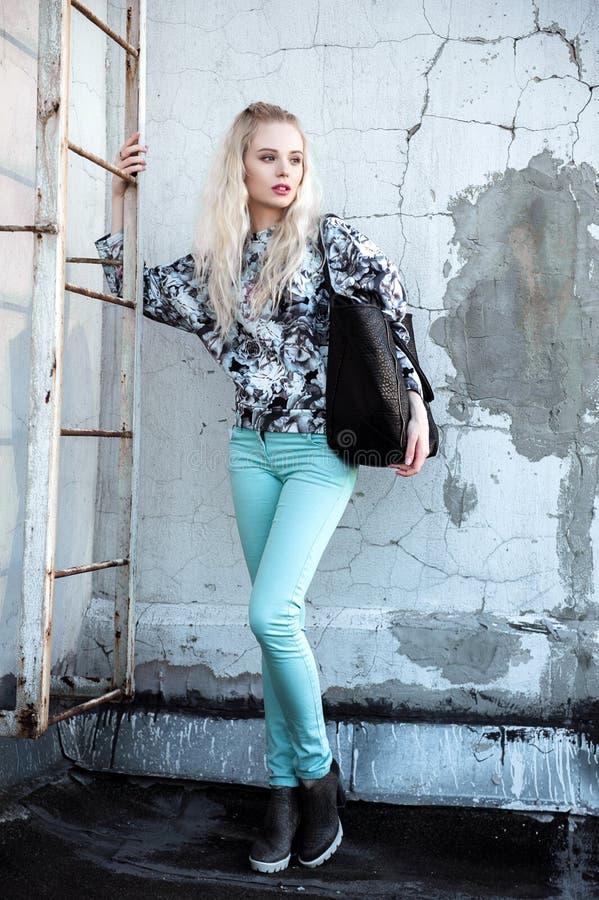 Retrato exterior da senhora europeia loura feliz bonita nova que levanta na rua Roupa à moda vestindo modelo Fôrma fêmea Ci imagem de stock