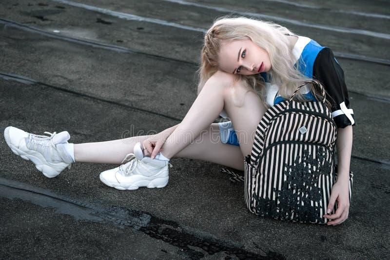 Retrato exterior da senhora europeia loura feliz bonita nova que levanta na rua Roupa à moda vestindo modelo Fôrma fêmea Ci fotografia de stock royalty free