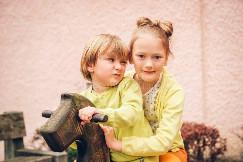 Retrato exterior de crianças adoráveis da forma fotos de stock royalty free