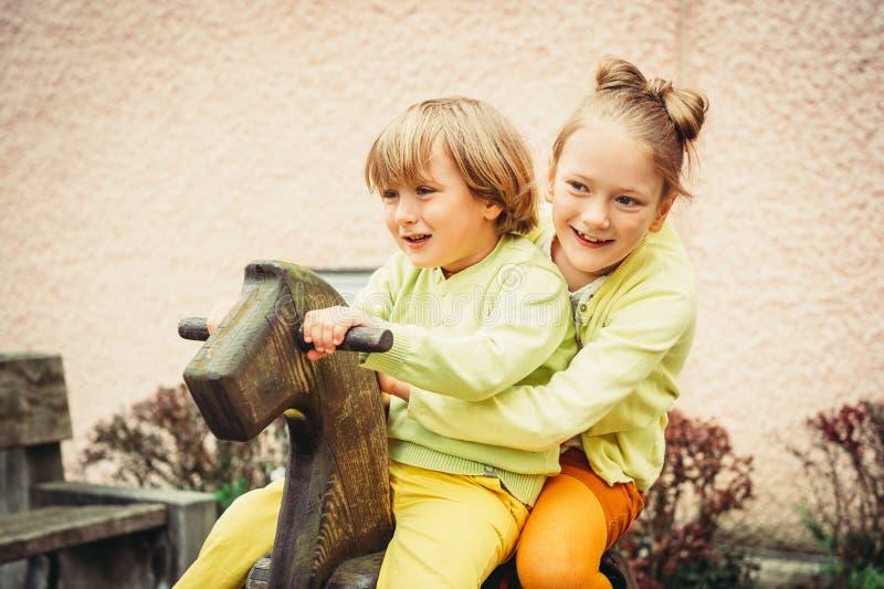 Retrato exterior de crianças adoráveis da forma foto de stock
