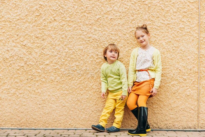 Retrato exterior de crianças adoráveis da forma foto de stock royalty free